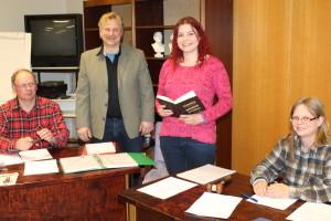 Kuvassa vasemmalta sihteerinä toiminut varavaltuutettu Arvo Latomaa ja kansanedustajaehdokkaina olleet Lasse Mikkola ja Henna Kupsala sekä paikallisyhdistyksen puheenjohtaja Eeva Mosorin.
