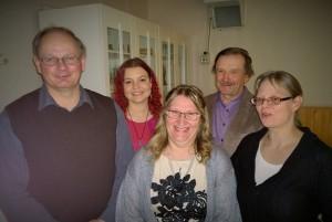 Tuulan syntymäpäivillä oli tunnelmaa. Kuvassa Arvo Latomaa, Henna Kupsala, Tuula Kellola, Veikko Laurukainen ja Eeva Mosorin